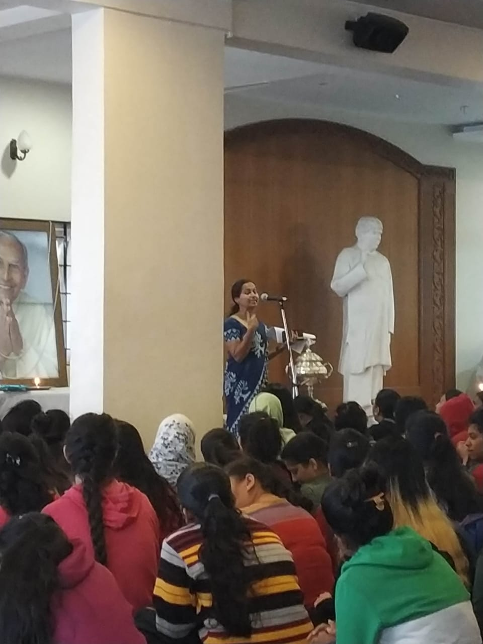 Dr. Meenal Sumant Explaining importance of Cleanliness to students